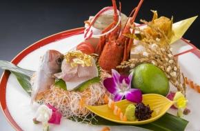 お祝いを華やかに演出する、伊勢海老や鯛、ハマグリなどを盛り込んだ逸品です。<br /> <br /> 【価格】5,400円(税込) ※2日前まで要事前予約