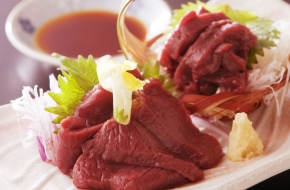 福島県産の馬刺し。旨みたっぷりのヘルシーな赤身のお肉です。<br /> <br /> 【価格】1,200円(税込) ※1日限定10食
