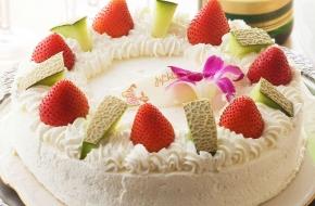 お祝いにぴったりのケーキです。簡単なプレートメッセージも入れられます。<br /> <br /> 【価格】4号2,490円~(税込) ※3日前まで要事前予約