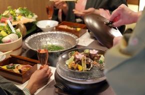 お子様も大好き、選べるスープのお鍋がメインのコース料理。栃木の食材を使った贅沢な結坐会席は目でも舌でもご満足いただけるでしょう。周りを気にせずゆっくりと食事が楽しめる個室です。