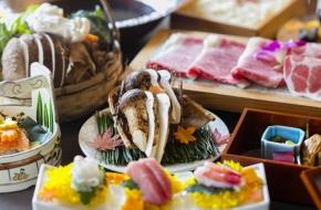 9~11月の個室ダイニング結坐では、松茸をすき焼きやしゃぶしゃぶのお鍋で味わえます。他にも栃木のブランド肉や契約農家の朝採れ野菜など、贅沢な料理が味わえるプランです。