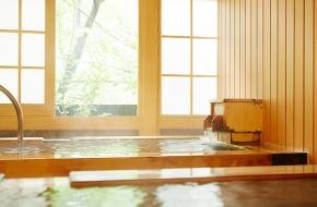 食事は個室で贅沢な和のコース料理、嬉しい貸切風呂も無料。誕生日や記念日のカップル旅行にピッタリの特別プランです。