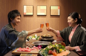 個室で贅沢なコース料理を楽しむ