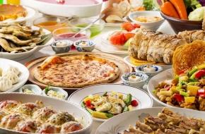 食事は人気のブッフェ(バイキング)で食べ放題。グループ旅行や家族三世代みんなで集まってワイワイ楽しみたい方におすすめ。28畳の大部屋で10名まで一緒に泊まれます。