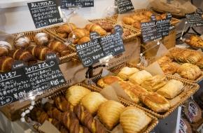 鬼怒川温泉駅前にあり便利です。お土産などの他、早朝から焼き上げているパンがおすすめです。<br /> <br /> 営業時間 7:00~21:00(平日・祝日)、7:00~22:00(土日)